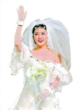 穿婚纱的李英爱