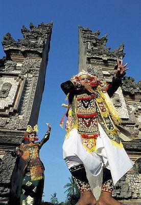 雅加达,日惹和巴厘岛等主要景点距离海啸灾区约有3500公里,乘飞机