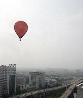 立交桥上的热气球