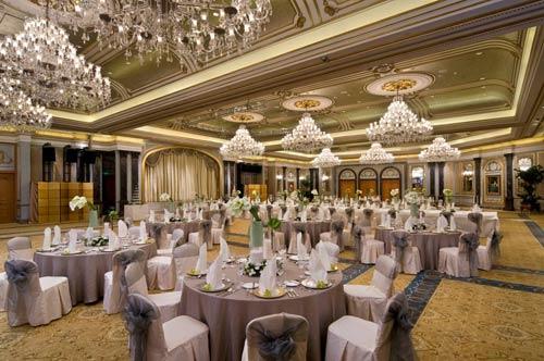 酒店的外观带有浓郁的南欧装饰风格,城堡式的建筑尽显着19世纪巴黎