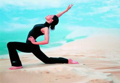 """瑜伽树式 消除""""象腿""""(组图)"""