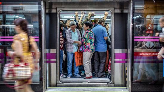 魏红健作品《地铁里的人》