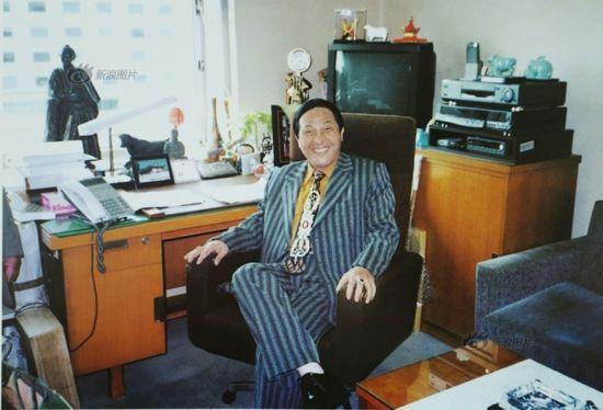 """看似平常的背景实为某日本前首相办公室。画册中原图说为""""大师坐在首相太师椅上体验片刻首相滋味。"""""""