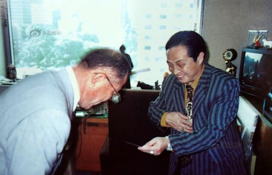 """王林在日本与某总理大臣会面时,向秘书长俯身递上名片。而显得更加客气的秘书长接过名片连声说:""""阿里加多。"""""""