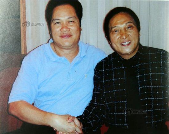 与原广东省省委副书记朱明国合影,王林欠身。
