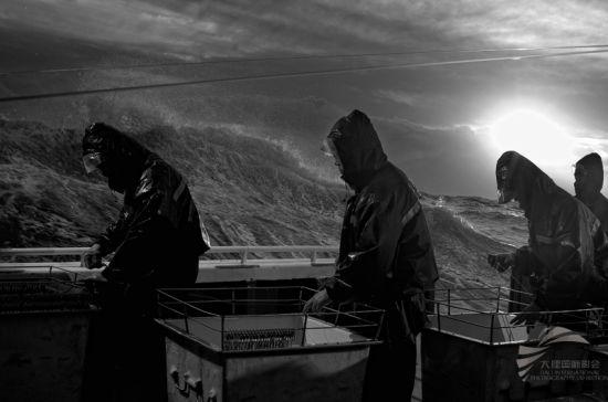 《怒海求生》之一 摄影:李颀拯