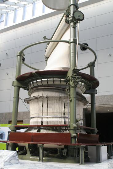 博物馆内一台巨大的环状织机矗立在大厅中央