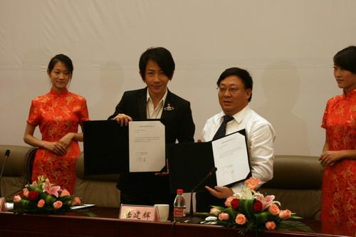 奇瑞公司陆建辉副总经理和著名艺人刘谦签订代言合同
