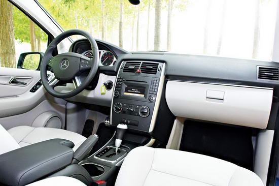 奔驰B200的内饰设计比较接近于两厢轿车,中规中矩的视觉表现显露出奔驰精致的选材和细腻的做工