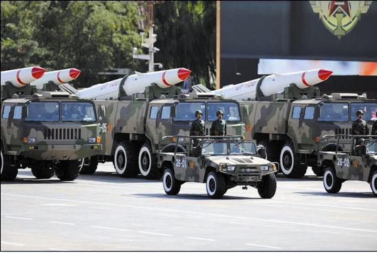 """东风""""猛士""""引领东15乙常规导弹方队"""