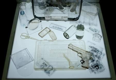 NOTCH展示作品:透明,生活中我们所熟悉的一切变成了透明―公文包、手机、钱、手枪…人们还能有秘密吗?