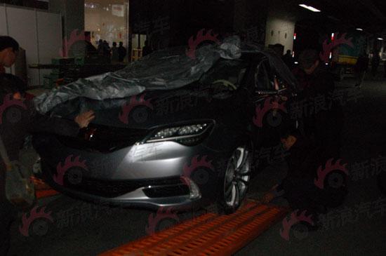 车罩揭开后看到的是荣威N1