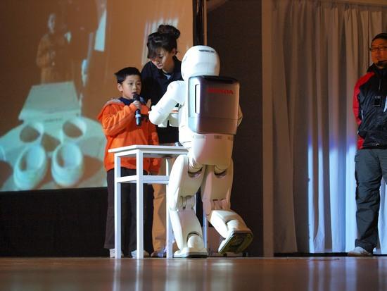 ASIMO为小朋友端饮料