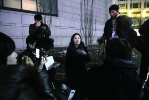 丰田车主曾春红试图进入会场被拦。本报记者 赵亢 摄