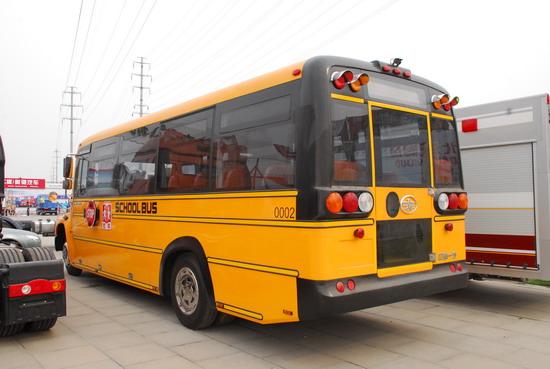 这款校车的后轮是双轮胎设计,安全性更好,也印证了这应该是一款由卡车底盘上装而成校车,与美标校车类似