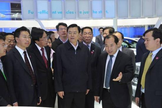 一汽-大众汽车有限公司商务副总经理、一汽-大众销售有限责任公司总经理胡咏向张德江副总理展示、讲解一汽-大众在科技、环保、创新等领域的最新成果。