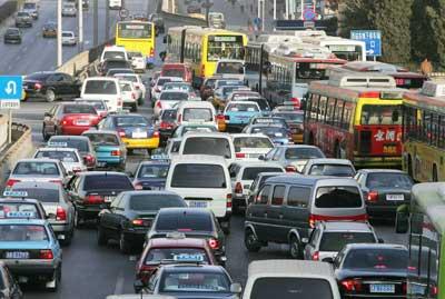 """高峰时期的北京交通成为城市生活中的一大""""顽疾""""(资料图片)"""