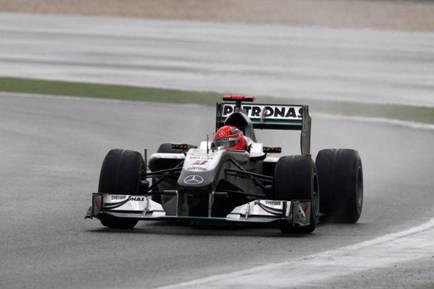 迈克尔・舒马赫在赛道上飞驰