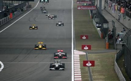 罗斯伯格(居首银色赛车)超越众多车手,领跑赛道