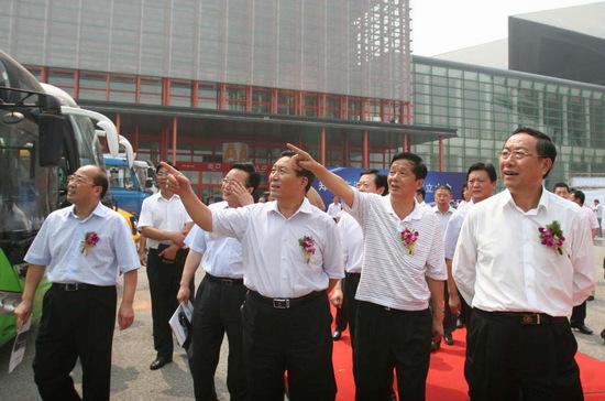 汤总当选市汽车产业联盟副理事长(前右二)