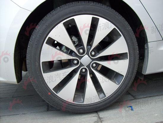 高配车型18寸轮毂配P22545R18轮胎