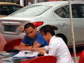 消费者在现场购车咨询