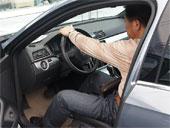 消费者在购车现场试车