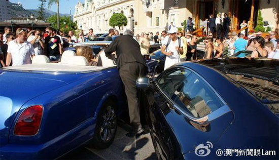 超跑车祸现场立即吸引众多观光客围观。(图/取自每日邮报)