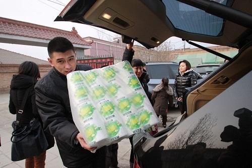 北京燕宝的员工给孩子们带来了大量的生活用品
