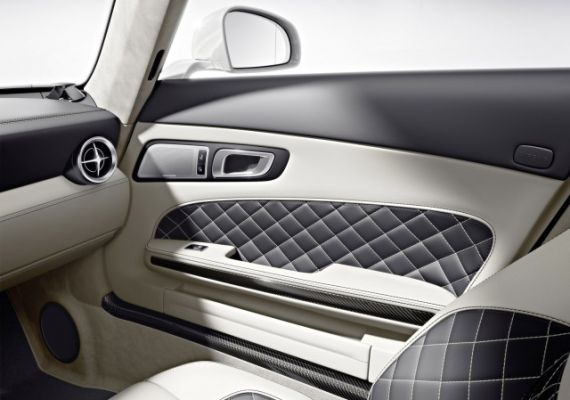 中控台和车门面板上采用了更多的高光泽度黑色抛光