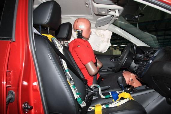 侧面碰撞,车门内饰板变形,个别零件脱落。侧气帘正常弹出。