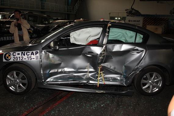 侧面碰撞,B柱与前后防撞梁变形不大,侧气帘正常打开