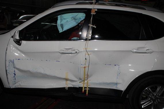 侧面碰撞非常出色,整个前后门形变很小,车窗玻璃没有破碎