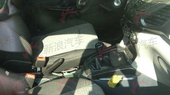高配车款上的自动空调,也理所当然地变成了三旋钮式的手动空调