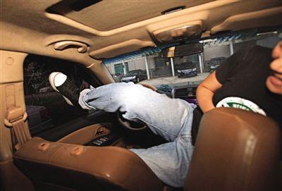 采用脚踹等方式无法击破车窗。新京报记者 王贵彬 摄