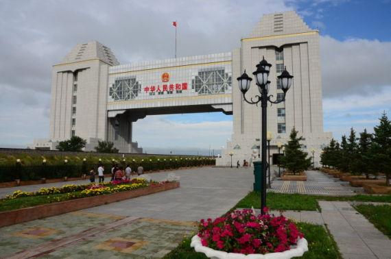 如今屹立的满洲里国门被称为第五代国门,是座现代化的大楼,亦是中国最大的国门