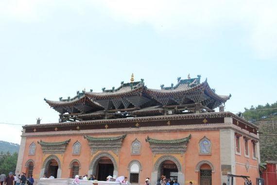 由于塔尔寺是宗喀巴大师的降生地,成为信徒们向往的出名圣地。