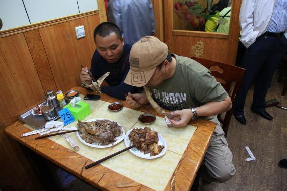 游客对手撕羊肉的味道表示非常满意