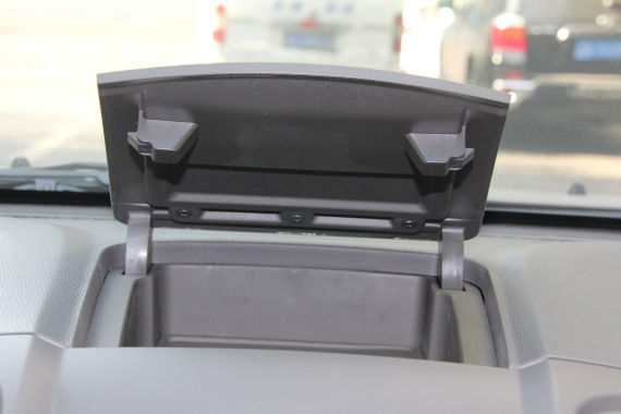 中控台上方设置了一个适合手机的带盖的置物格。