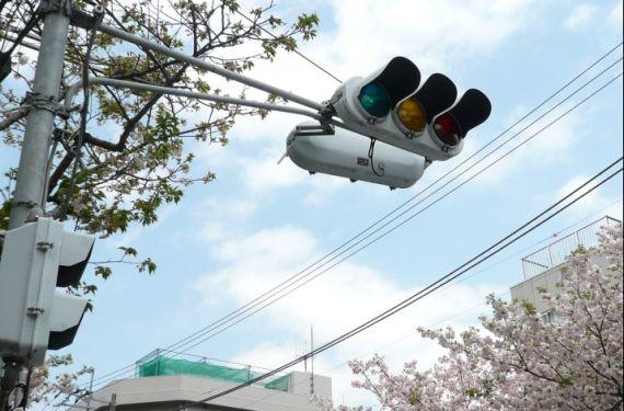 在日本,黄灯亮起可强行通过
