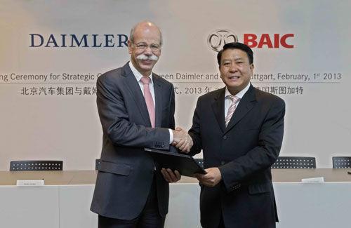 左起:戴姆勒股份公司董事会主席兼梅赛德斯-奔驰汽车集团总裁蔡澈博士,北京汽车集团董事长徐和谊先生