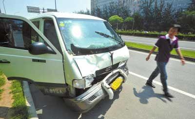肇事的奔驰小客车停在路边,车头凹陷严重。京华时报记者陶冉摄