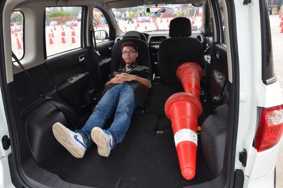 后排座椅可以完全放平是欧力威的一大特点,放平后的地板甚至可以平躺下一位身高178的男士