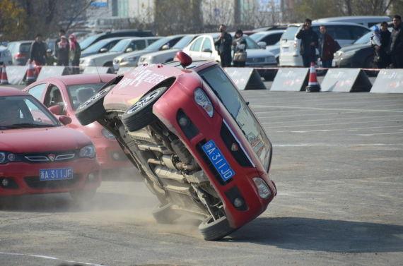 莲花车队车手现场表演两轮驾驶
