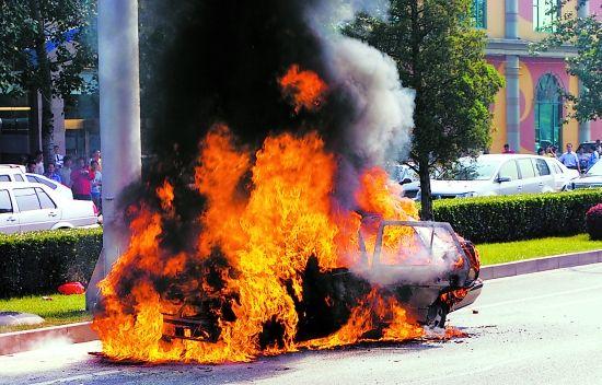 汽车没碰撞自燃的事件都很多,人们都没有放弃汽车。对于碰撞燃烧的电动车反而很难接受。
