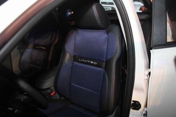 经典福克斯SVP限量版采用了蓝色网状织物和黑色真皮组成的双色座椅