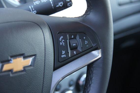 简单务实的方向盘按钮设计