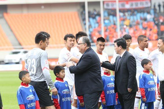 图二比赛开始前,长安福特汽车有限公司总裁马瑞麟与浙江省体育局局长孙光明与双方球员握手