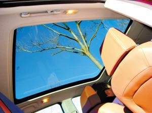 全景天窗能透入绚丽的风景,但在国产车中无,令人遗憾。