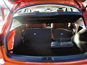 后部坐椅也可折叠,使整个车后部变成宽大的行李舱。